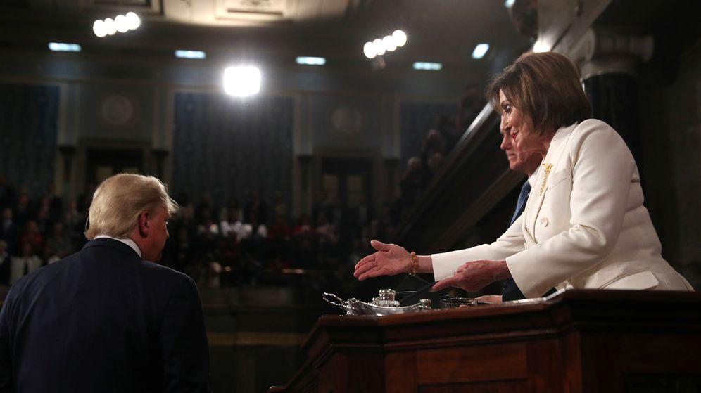 Foto: Pelosi le tiende la mano a Trump y él le niega el saludo antes del discurso. (Reuters)