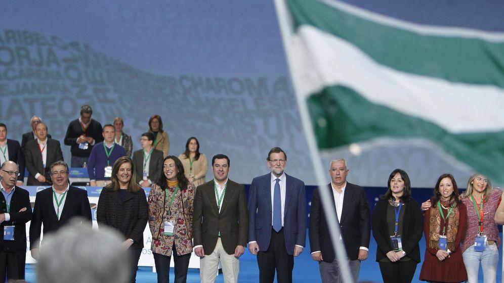 Foto: Mariano Rajoy junto al líder del PP de Andalucía, Juan Manuel Moreno, y otros miembros del partido, en el XIV Congreso Regional del PP andaluz. (EFE)