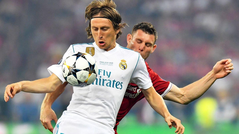 Luka Modric y James Milner, en un lance de la final de 2018. (Efe)