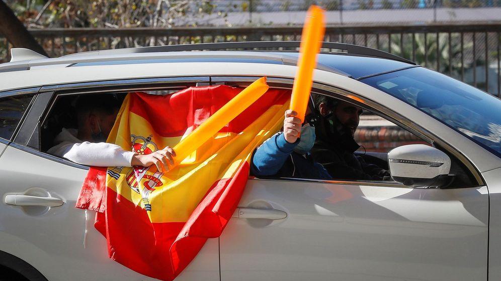 Foto: Cientos de vehículos, manifestándose por las calles de Sevilla. (EFE)