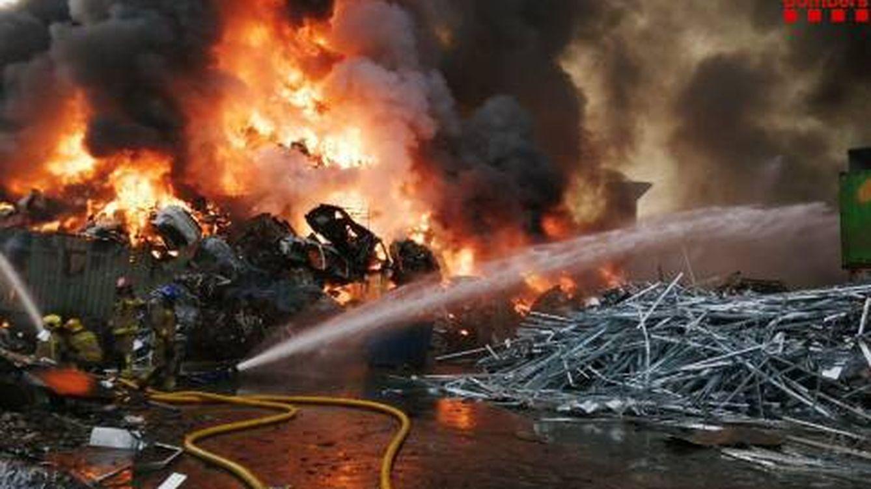 Arde una gran pila de chatarra en una planta de reciclaje en Castellbisbal (Barcelona)