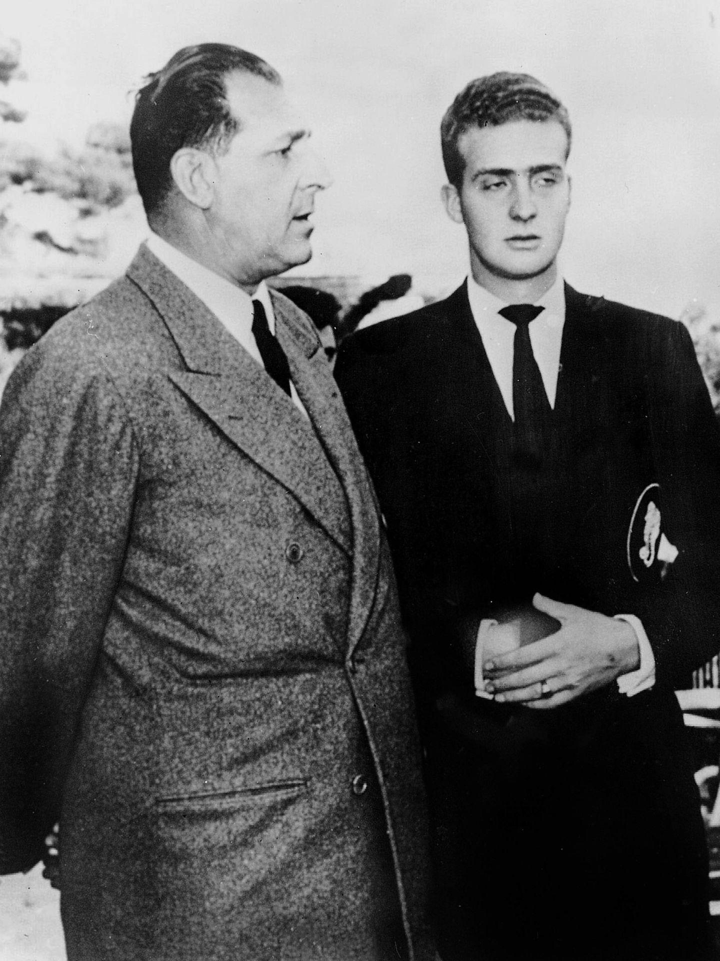 El rey Juan Carlos junto al conde de Barcelona. (Cordon Press)