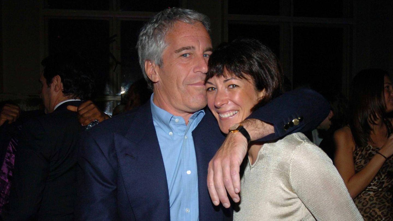 Jeffrey Epstein y Ghislaine Maxwell en 'Jeffrey Epstein: asquerosamente rico'. (Netflix)