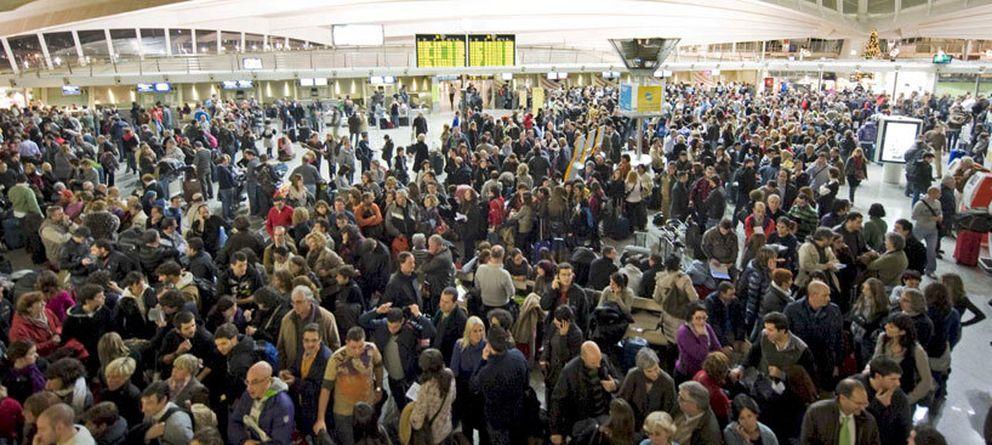 Foto: Miles de pasajeros quedaron en tierra tras el cierre del espacio aéreo decretado por Aena (EFE).