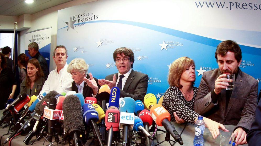 Foto: El expresidente de la Generalitat de Cataluña Carles Puigdemont (c), acompañado por cinco de sus antiguos consejeros en Bruselas. (EFE)
