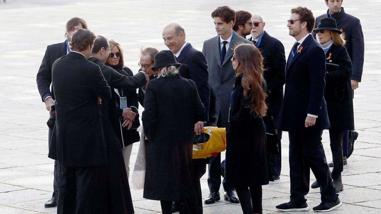 Los familiares de Franco saludan al prior Santiago Cantera en la explanada del Valle. (EFE)