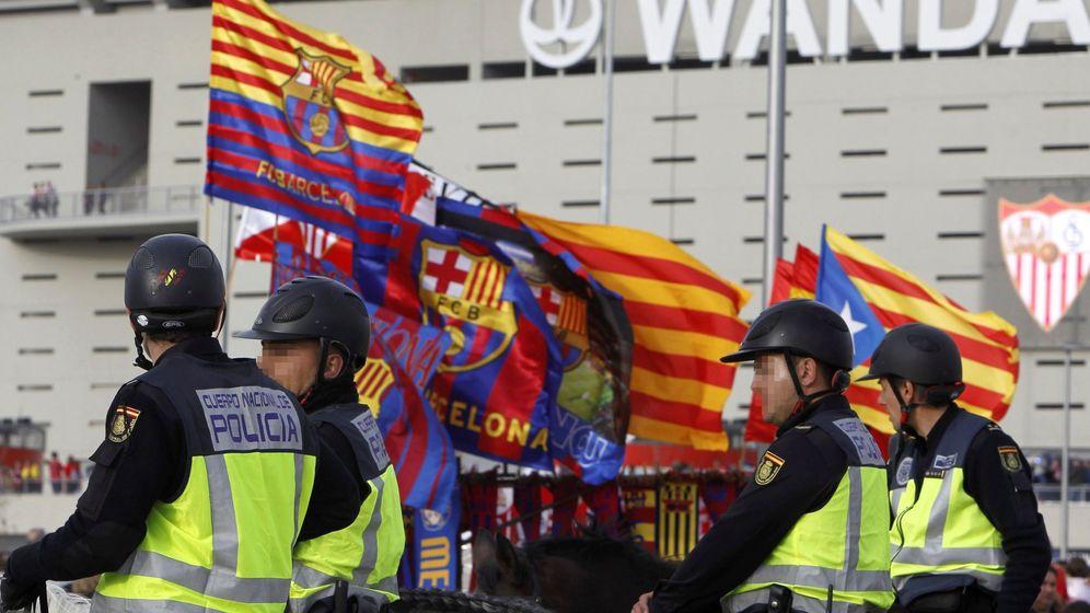 Foto: La Policía Nacional requisó cualquier elemento con simbología independentista en las puertas del Metropolitano. (EFE)