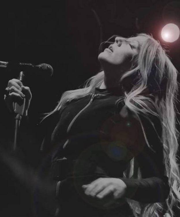 Foto: Elin Larsson en directo con sus Blue Pills.