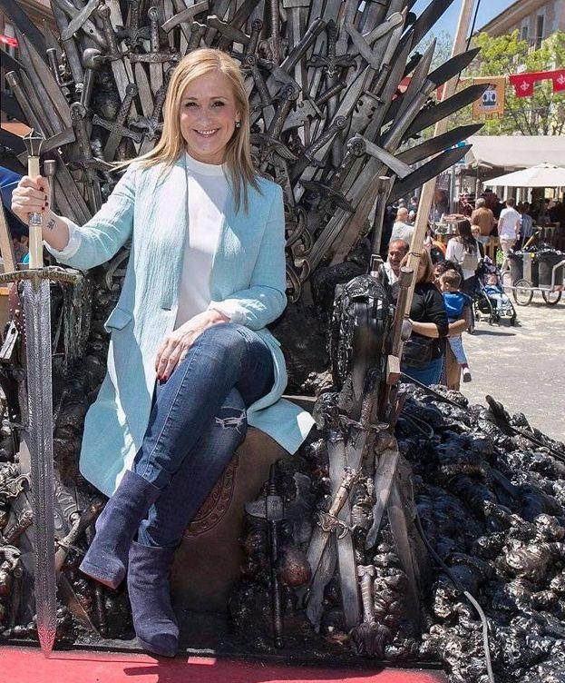 Foto: Cifuentes, sentada en una recreación del trono de la serie 'Juego de tronos'.