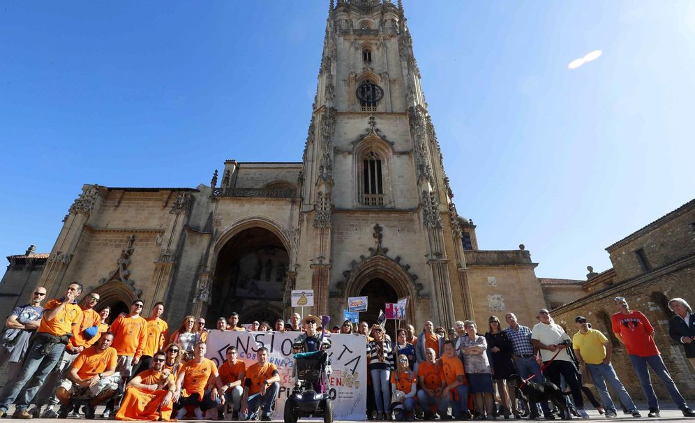 Foto: Trabajadores de la empresa Vesuvius permanecen concentrados delante de la Catedral de Oviedo en apoyo a los tres trabajadores que se encerraron el miércoles de forma indefinida.