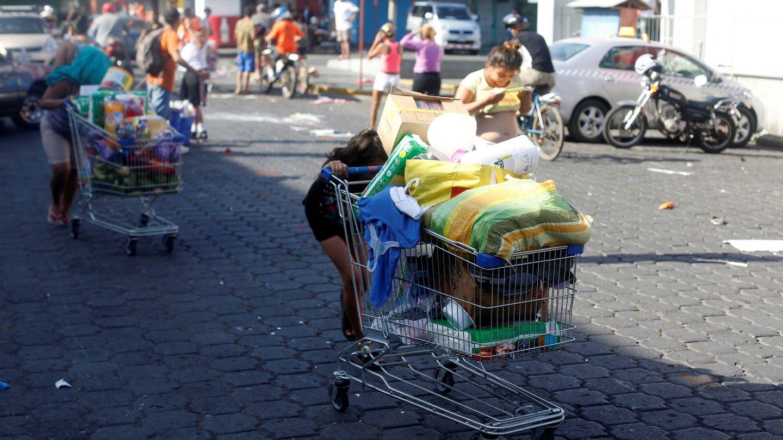 Saqueos a la salida de un supermercado en Managua, Nicaragua. (Reuters)