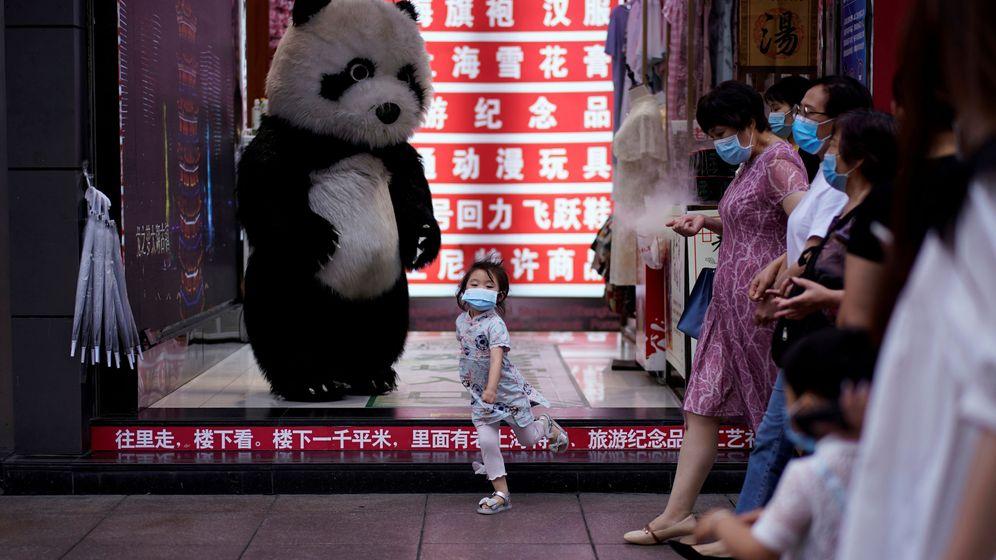 Foto: Una niña baila en Shanghái. (Reuters)