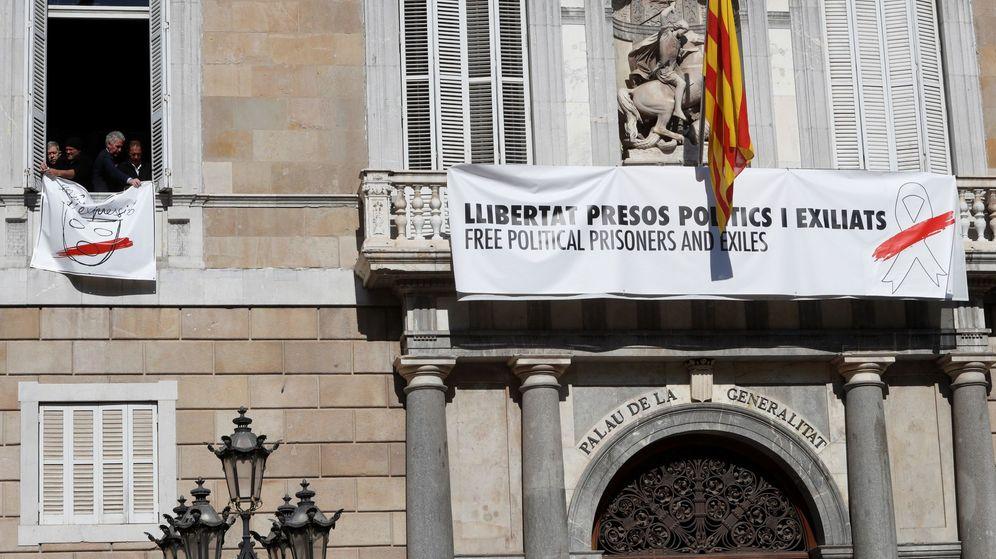 Foto: Torra cambia el lazo amarillo en el Palau de la Generalitat.
