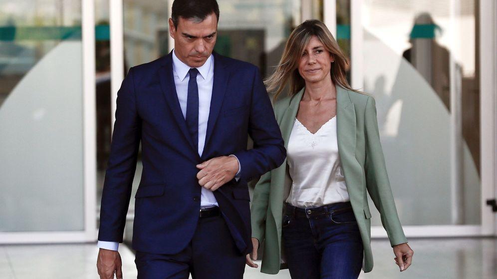 Foto: Pedro Sánchez y Begoña Gómez, tras la visita al Rey emérito. (EFE)
