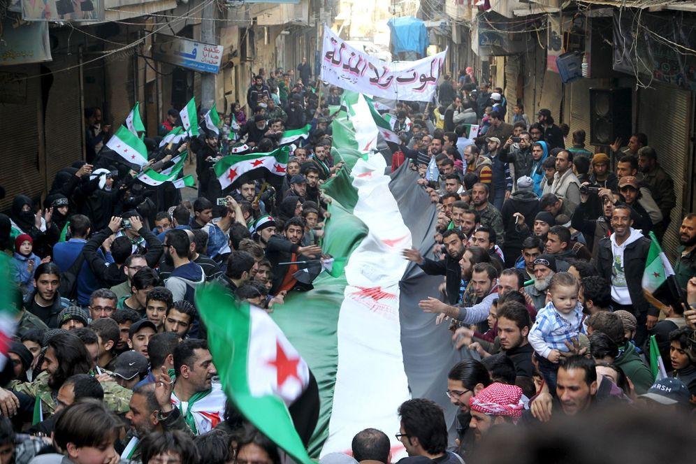 Foto: Manifestantes con banderas del opositor Ejército Libre Sirio protestan contra Al Asad en Alepo, el 11 de marzo de 2016 (Reuters).