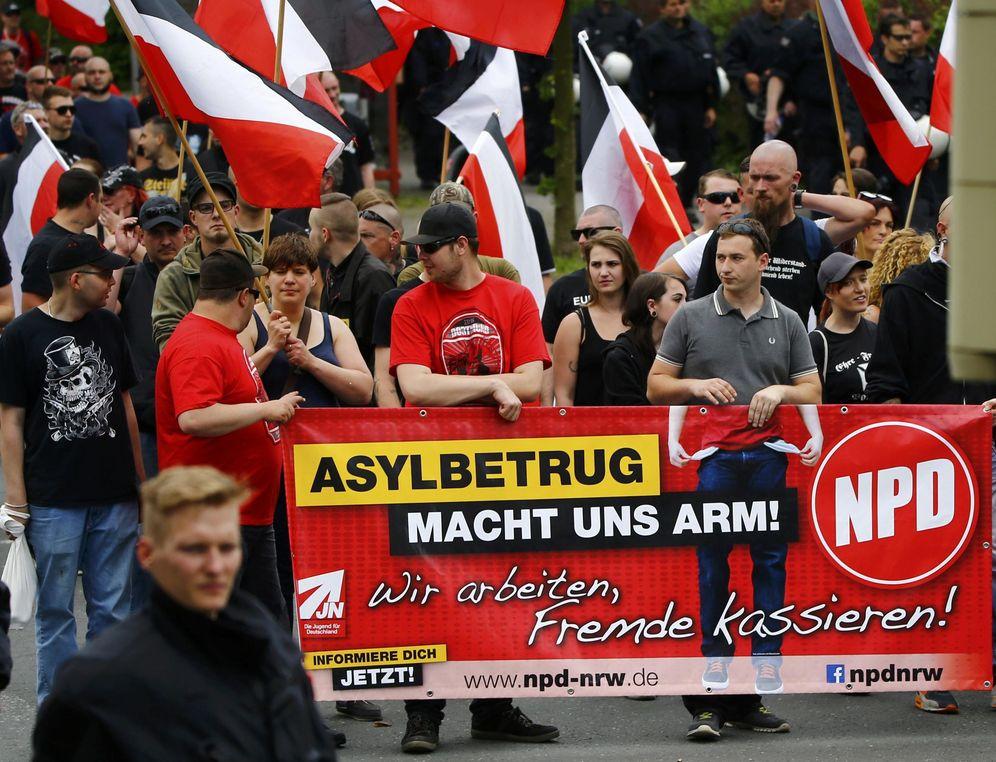 Foto: Simpatizantes del NPD durante una protesta contra la llegada de refugiados, en Dortmund, Alemania (Reuters).