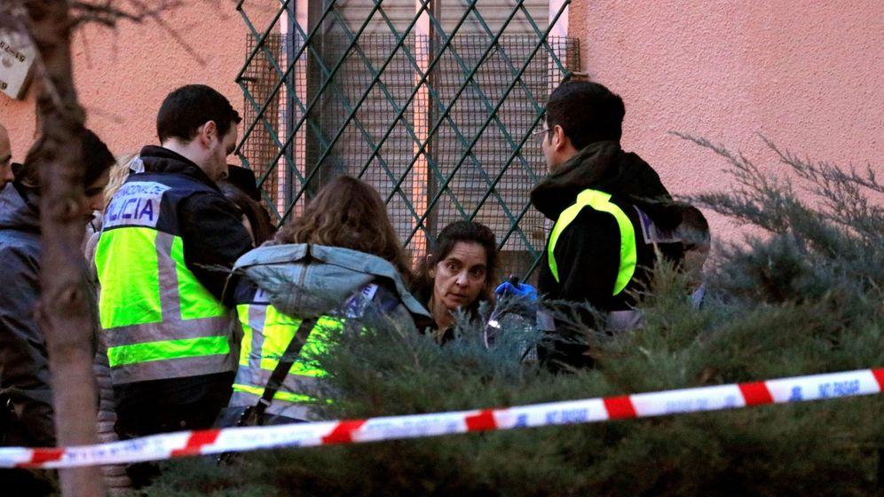 Foto: Agentes frente al edificio donde se ha producido el tiroteo. (EFE)