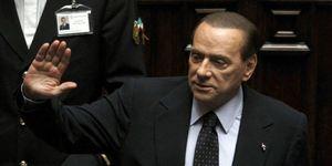 Berlusconi culmina su 'vía crucis' con su dimisión como primer ministro