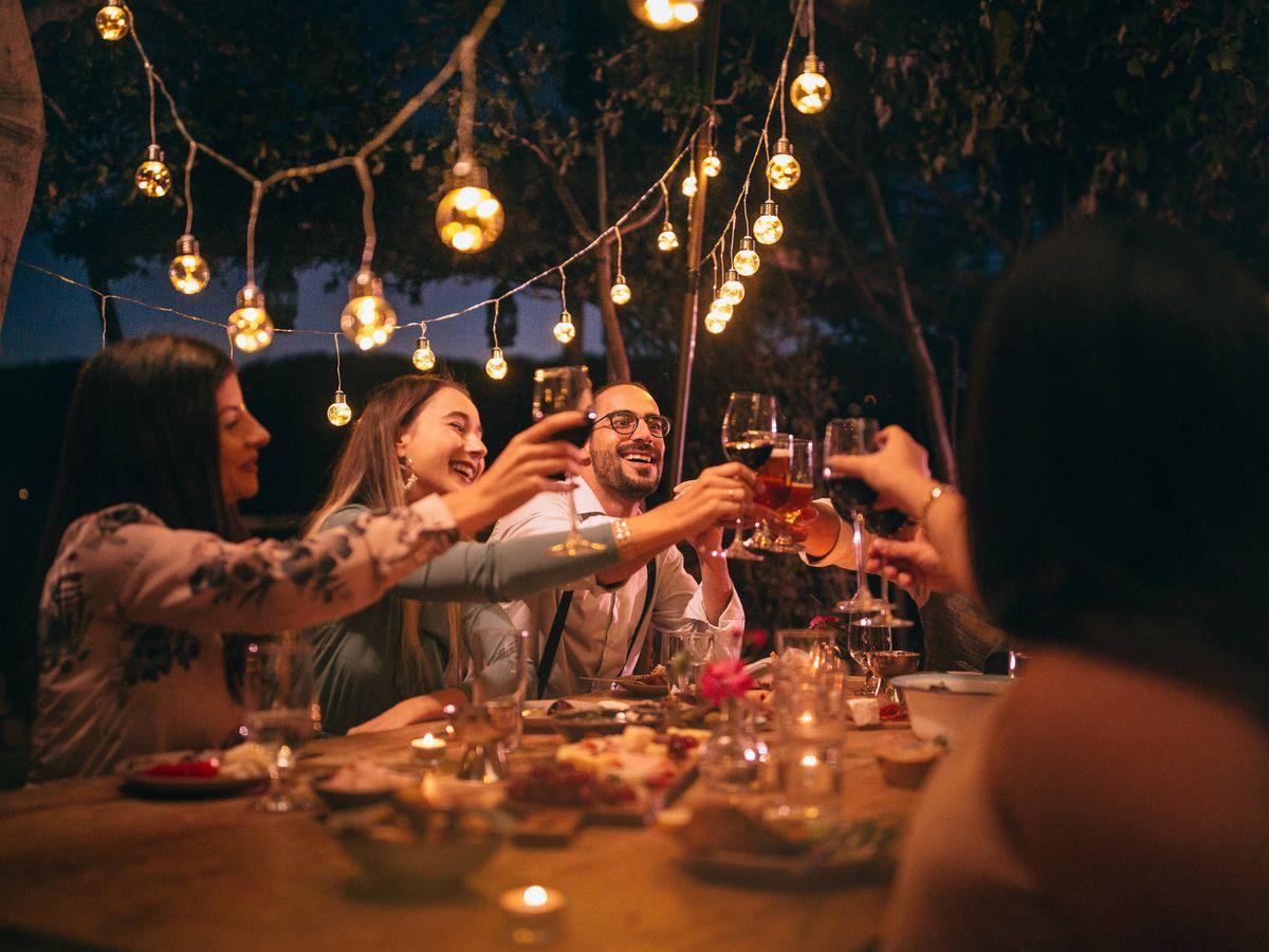 Foto: Cena de amigos al aire libre en verano (iStock)