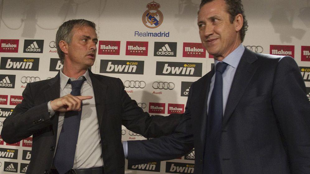 Foto: Mourinho fue presentado por Valdano cuando fichó como entrenador del Real Madrid. (EFE)