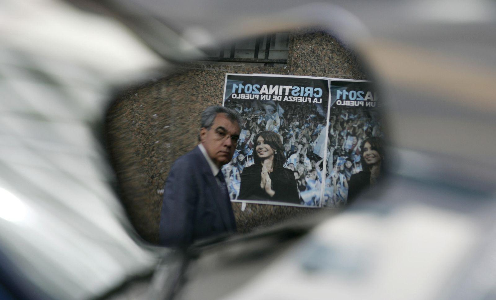 Foto: Un argentino reflejado en el retrovisor de una motocicleta pasa ante un cartel electoral de Cristina Kirchner, en Buenos Aires (Reuters).