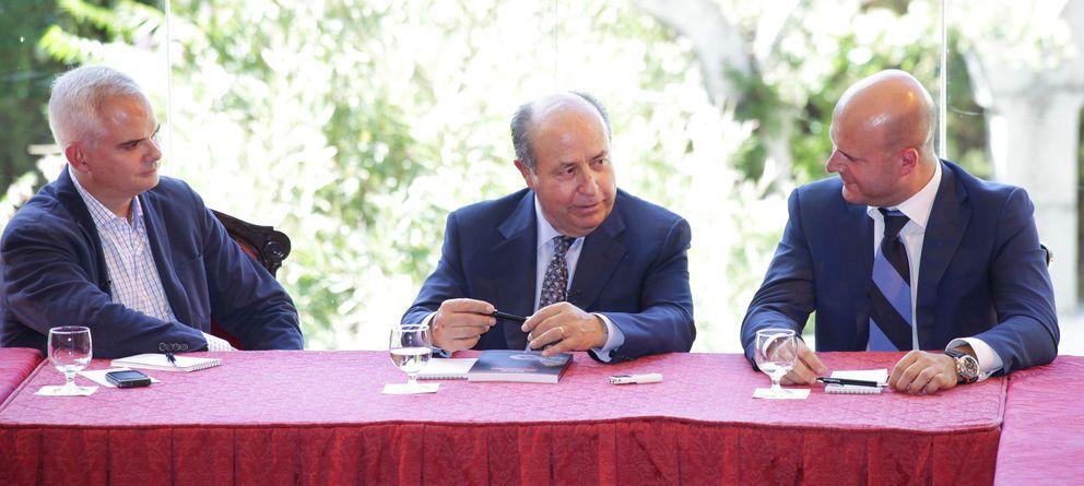 Foto: José Torres junto con Alberto Artero (i), director general de El Confidencial e Ignacio Gastón (d), director general de Ferrovial Servicios. (E. Villarino)