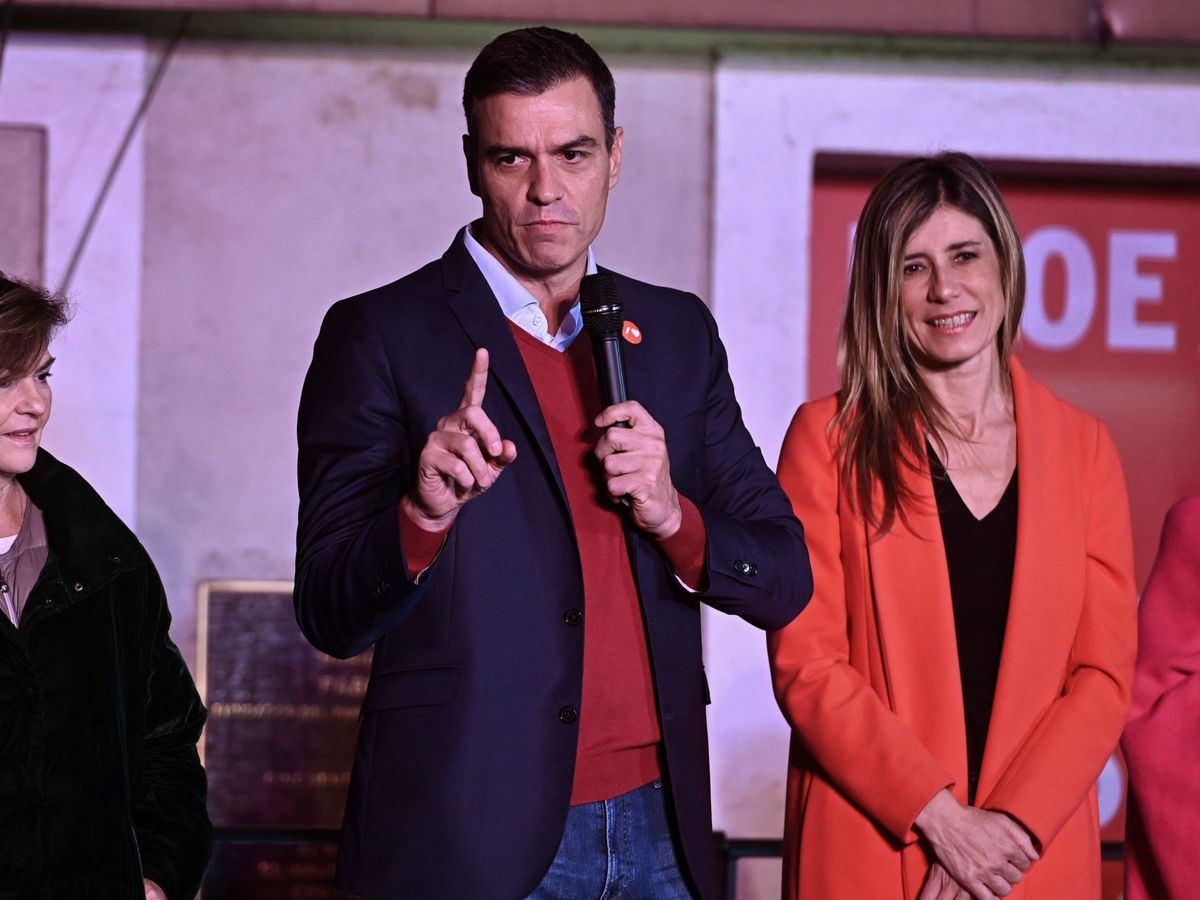 Foto: Begoña Gómez, en el balcón habilitado en Ferraz. (EFE)