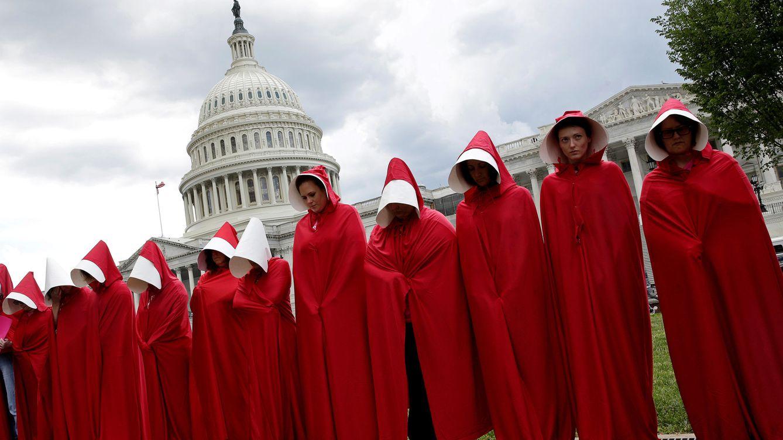 Foto: Mujeres vestidas como personajes de 'El cuento de la criada' protestan contra los recortes a la planificación familiar en el proyecto de ley de salud propuesto por el Partido Republicano, el 27 de junio de 2018. (Reuters)