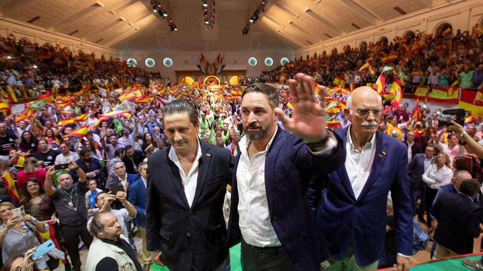 Foto: El líder de Vox, Santiago Abascal (c), junto al candidato al Congreso por Cádiz, Agustín Rosety (d), y al coordinador provincial, Juan Carlos Sanz (i). (EFE)