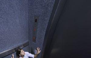 Lo mejor que puedes hacer si se rompe el ascensor y cae al vacío