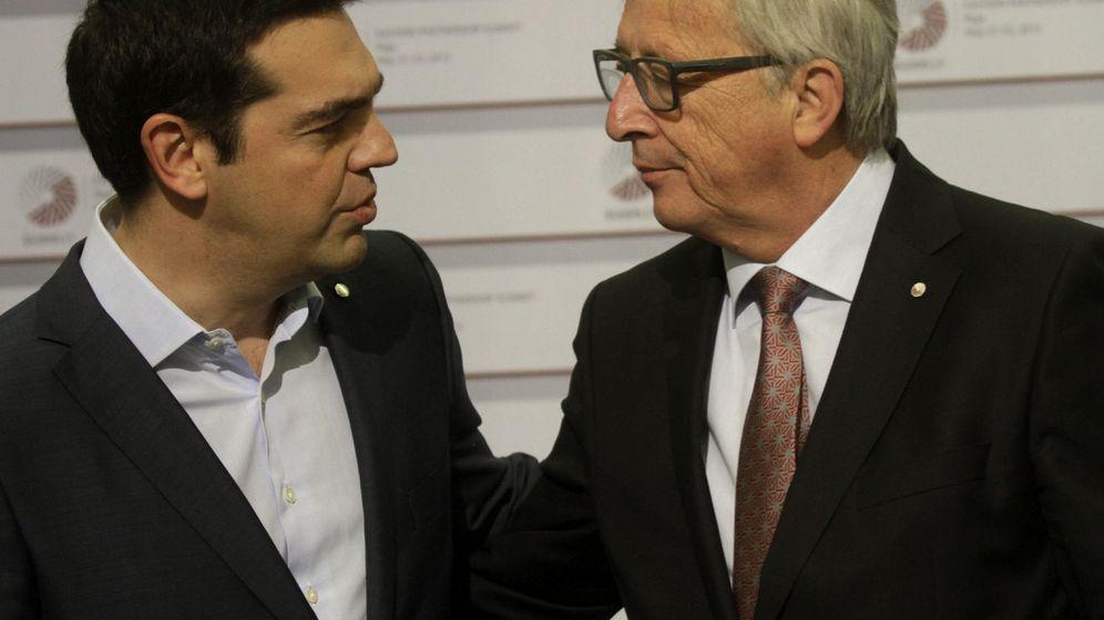 Foto: El presidente de la Comisión Europea, Jean-Claude Juncker (dcha), conversa con el primer ministro griego, Alexis Tsipras (EFE)