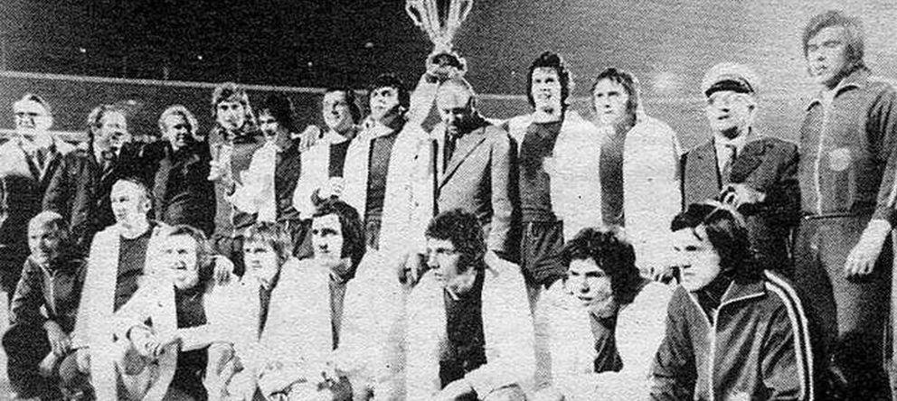 Foto: Los jugadores del Magdeburg posa con la Recopa de Europa tras derrotar al AC Milan.