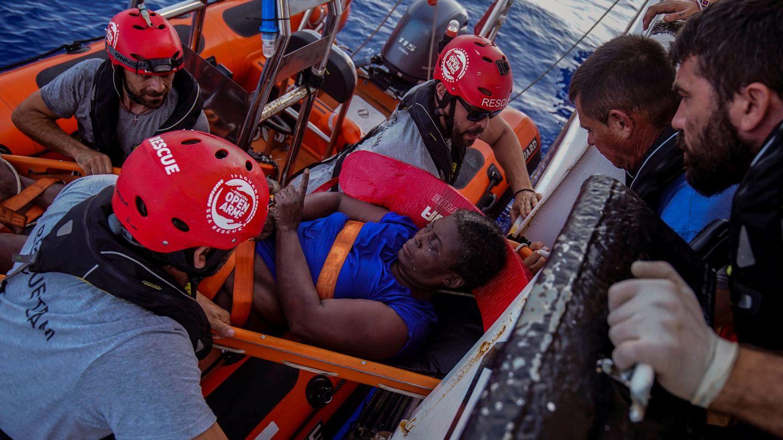 La mujer rescatada estaba en una embarcación semihundida en la que había dos cadáveres. (Reuters)