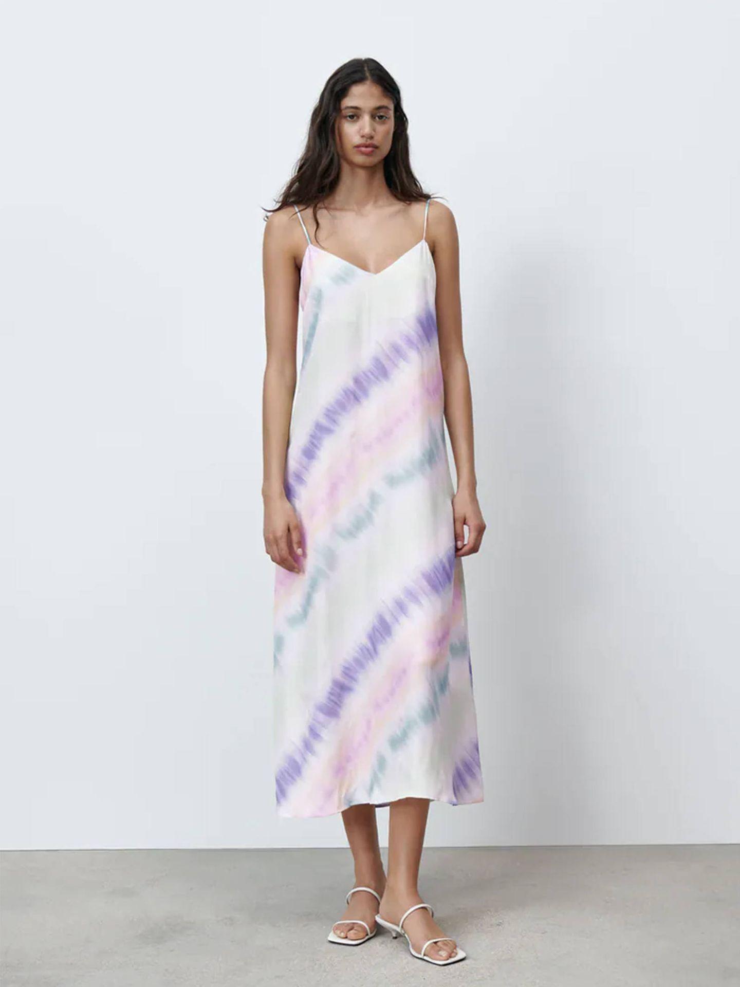 Vestido tie-dye de Zara. (Cortesía)