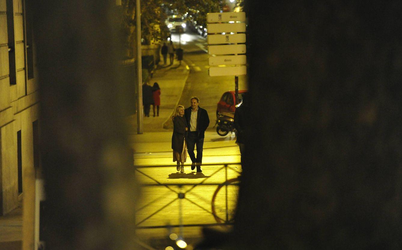 La pareja y su acaramelado paseo por las calles de Madrid. (VA)