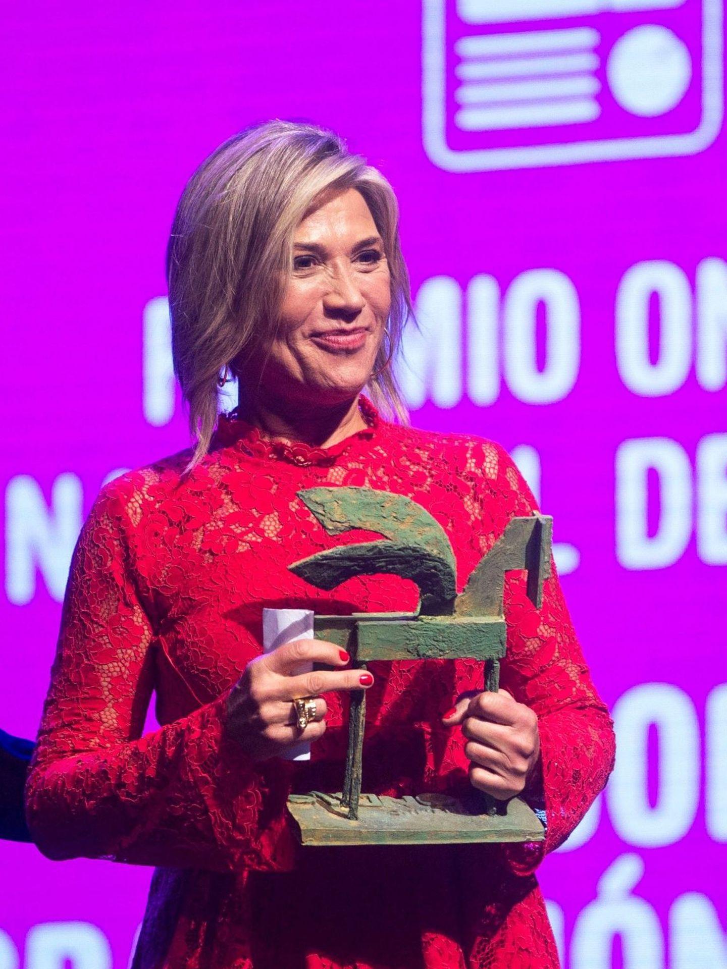 La periodista Julia Otero recibe un premio en Barcelona. (EFE)