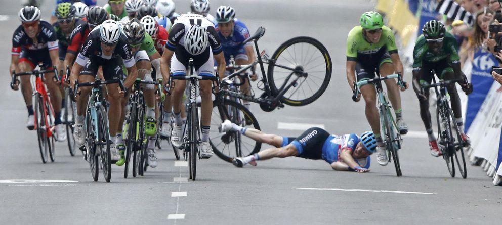 Matteo Trentin le roba el triunfo Sagan por milímetros en una accidentada etapa
