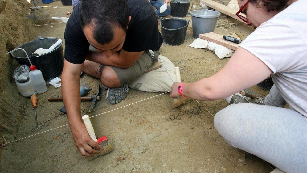 Foto: Arqueólogos en el barranco de La Boella. (EFE)