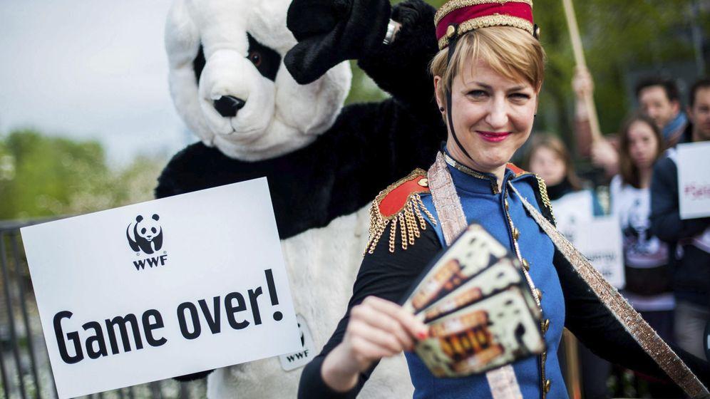 Foto: Activistas del Fondo Mundial para la Naturaleza (WWF, en inglés) exigen que se deje de subvencionar combustibles fósiles. (EFE)