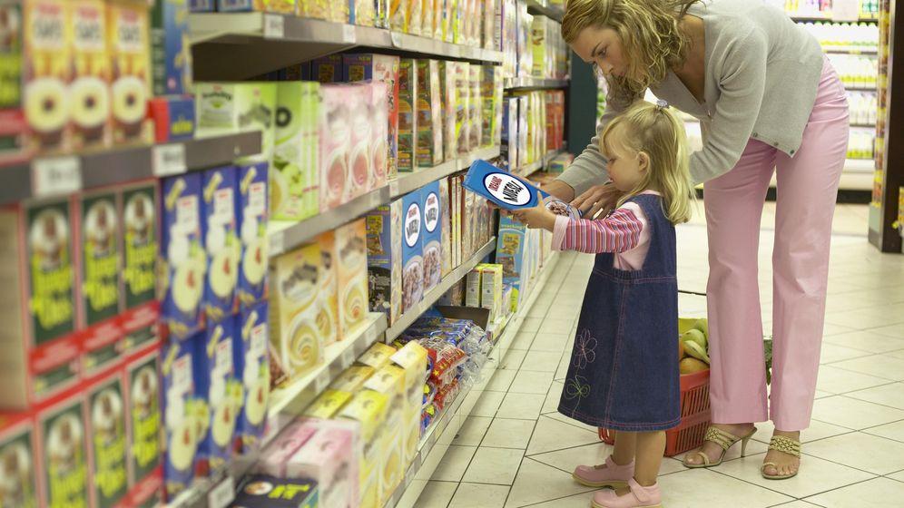 Foto: Una familia compra en un supermercado. (Corbis)