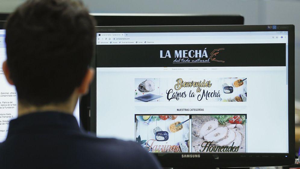 Foto: Un usuario navega, este jueves, por la página web de Magrudis, que comercializa la carne mechada La Mechá. (EFE)