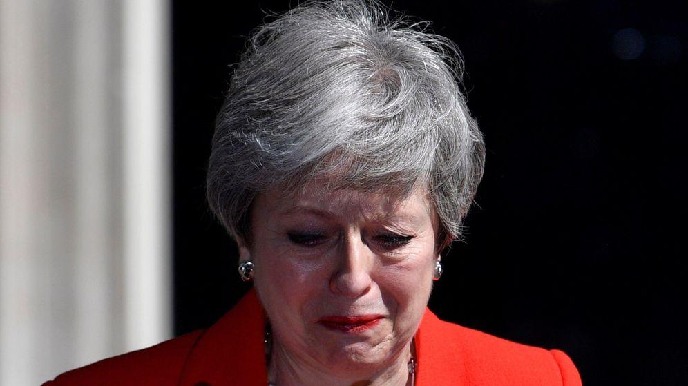 Foto: Theresa May rompe a llorar tras anunciar su dimsión. (Reuters)