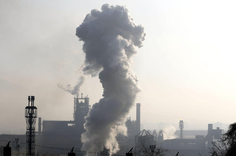 Una columna de humo sale de una fábrica en la ciudad de Zenica, en Sarajevo. (EFE)