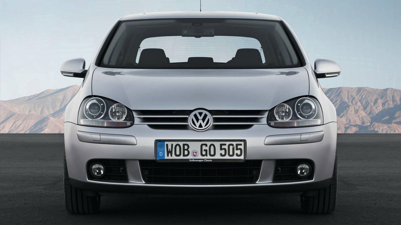 Por distintos motivos, y en especial una estética que no caló como los diseñadores esperaban, la quinta generación del Golf, lanzada en 2003, atravesó un pequeño 'bache' de ventas.
