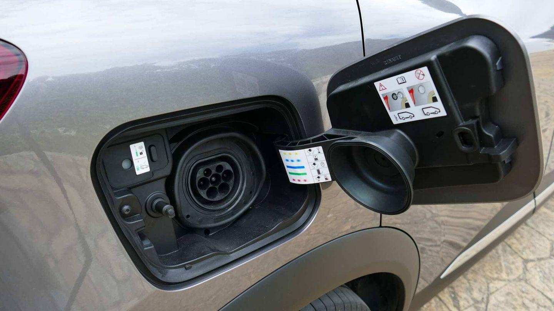 En el lado derecho encontramos el punto de recarga eléctrica y a la izquierda el de gasolina.