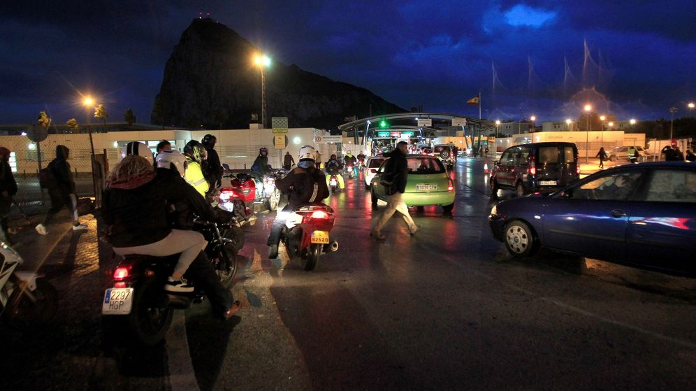 Foto: Españoles cruzan la frontera con Gibraltar para ir a sus trabajos. (EFE)