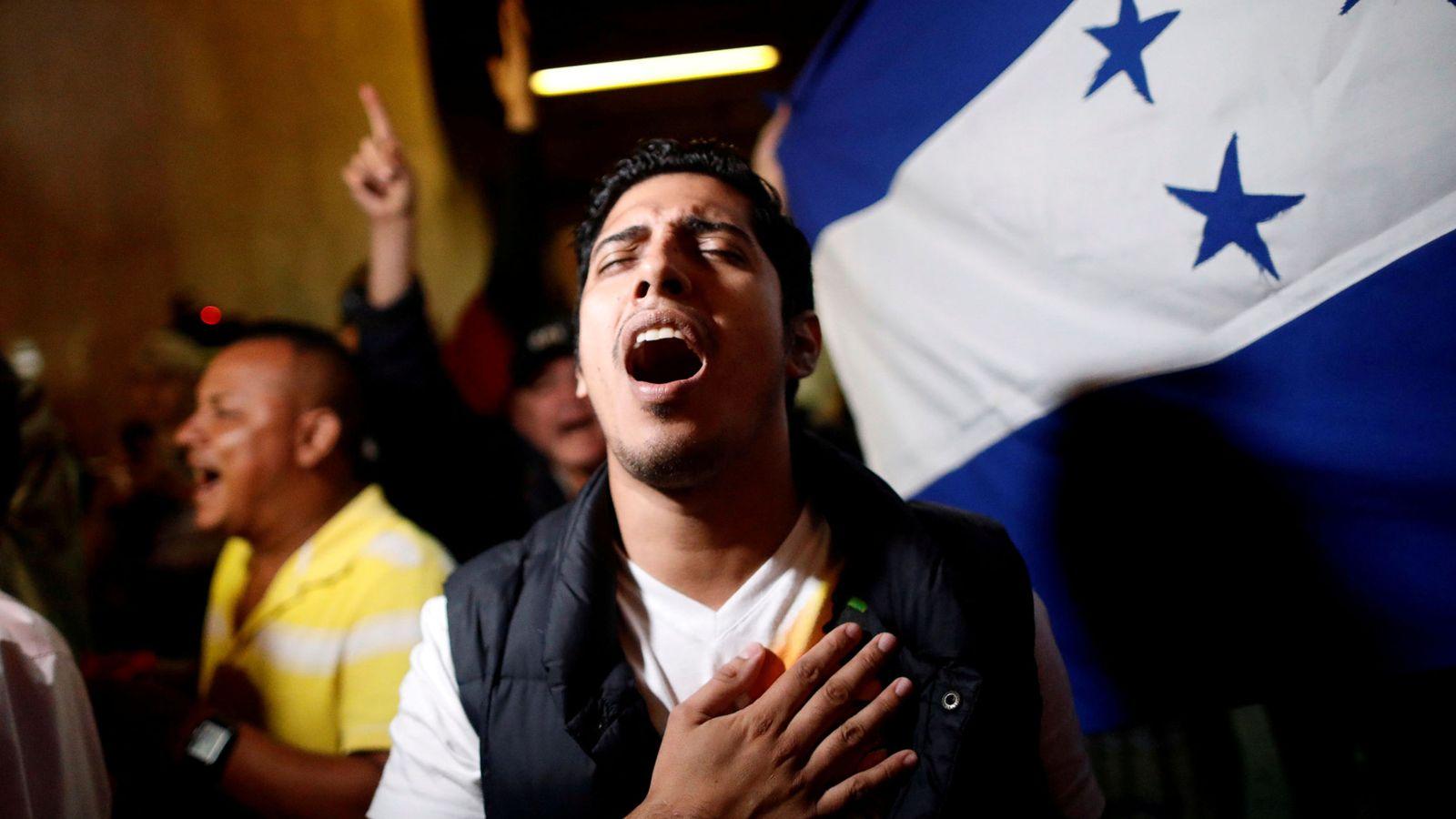 Foto: Un partidario del candidato opositor Salvador Nasralla canta el himno nacional tras conocerse los primeros resultados electorales. (Reuters)