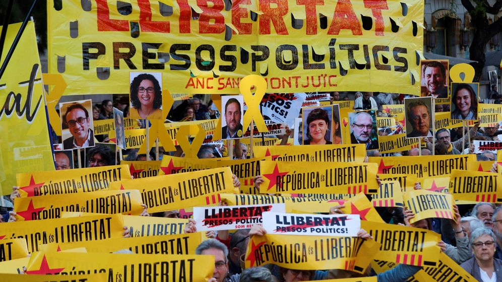 Foto: Concentración para pedir la libertad de los presos catalanes encarcelados. (EFE)