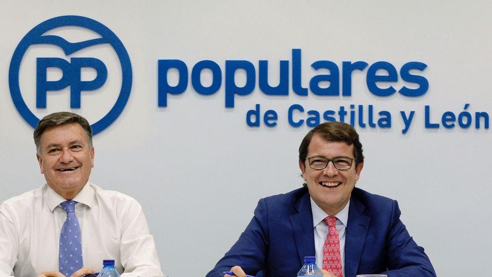 Foto: El presidente del PP de Castilla y León, Alfonso Fernández Mañueco (d), junto al secretario regional, Francisco Vázquez (i). (EFE)