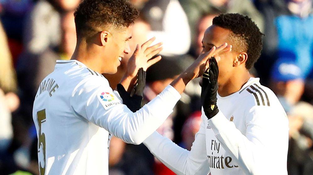 Foto: Raphael Varane celebra el primer gol del Real Madrid en Getafe con Militao. (Efe)